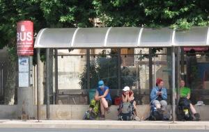 Pelgrims wachten op de bus.