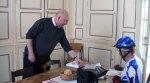 De pastoor van de kerk in Châtellerault zet een 'tampon'.