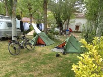 Pelgrims op de camping in Castrojeriz